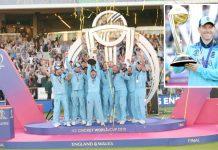 لارڈز کے تاریخی میدان میں انگلینڈکے کھلاڑی ورلڈکپ اٹھائے خوشیاں منا رہے ہیں' چھوٹی تصویر میں انگلش کپتان ٹرافی کے ہمراہ :تصویر ناصرعبداللہ کشمیری