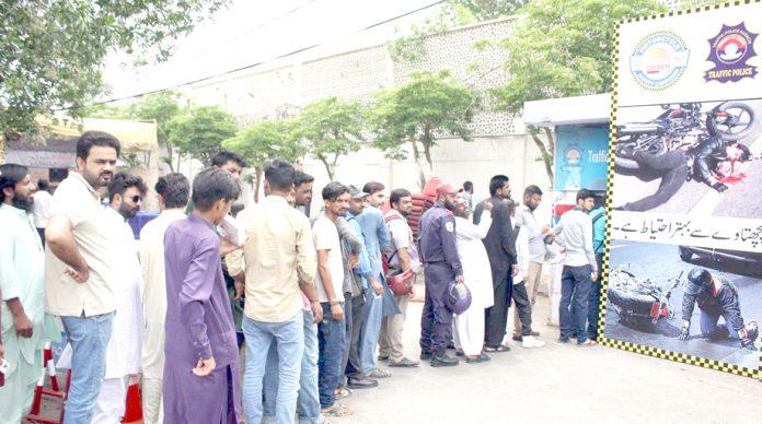 شہری چالان جمع کرانے کے لیے لمبی قطاریں لگائے کھڑے ہوئے ہیں