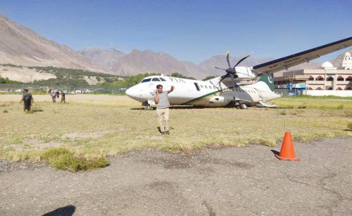 گلگت: حادثے کا شکار پی آئی اے کا طیارہ زمین میں دھنسا ہوا ہے