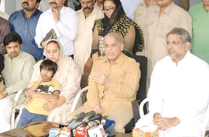 لاہور: ن لیگ کے صدر شہبازشریف راناثنا اللہ کے اہل خانہ کے ساتھ میڈیا گے گفتگو کررہے ہیں