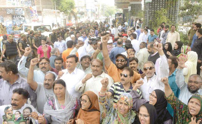 لاہور: مسلم لیگ (ن) کے کارکنان صوبائی اسمبلی میں اپوزیشن لیڈر حمزہ شہباز کی پیشی کے دوران مظاہرہ کررہے ہیں