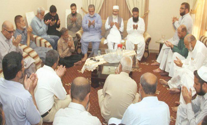 کراچی: امیر جماعت اسلامی سراج الحق پاکستان بزنس فورم کے سابق رہنما خلیفہ انوار احمد کے انتقال پر ان کے صاحبزادوں سے تعزیت و دعا ئے مغفرت کررہے ہیں