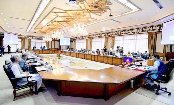 اسلام آباد: وزیراعظم عمران خان کابینہ کے اجلاس سے خطاب کررہے ہیں
