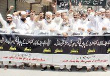 پشاور: تاجر حکومت کی پالیسیوں اور ٹیکسوں کیخلاف صدر روڈ پر احتجاجی مظاہرہ کررہے ہیں