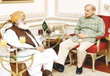 لاہور: جے یو آئی کے سربراہ مولانا فضل الرحمن شہباز شریف سے ملاقات کررہے ہیں