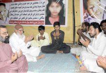 حیدرآباد:نائب امیر جماعت اسلامی پاکستان اسد اللہ بھٹو قتل ہونیوالے کمسن بھائی بہن کے اہل خانہ سے تعزیت کررہے ہیں