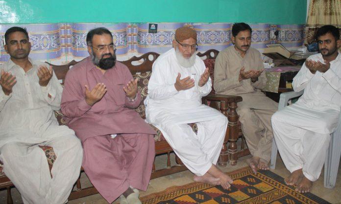 حیدر آباد، نائب امیر جماعت اسلامی اسداللہ بھٹو،حافظ طاہر مجیدعبدالحمید قرنی آرائیں کے انتقال پر اہلخانہ سے تعزیت کررہے ہیں