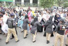 کراچی: خواتین پولیس اہلکارمطالبات کی منظوری کیلیے وزیراعلیٰ ہائوس کی جانب مارچ کرنیوالی نرسوںکو روک رہی ہیں