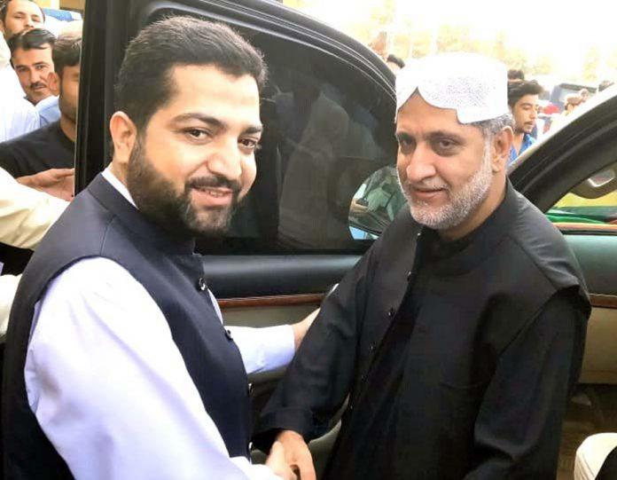 کوئٹہ: صوبائی وزیر داخلہ میر ضیا اللہ لانگو رکن قومی اسمبلی سردار اختر جان مینگل سے مصافحہ کررہے ہیں