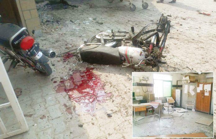 ڈیرہ اسماعیل خان: اسپتال کے بیرونی دروازے پر دھماکے میں تباہ شدہ موٹرسائیکلیں، چھوٹی تصویر اسپتال کے اندر کی ہے