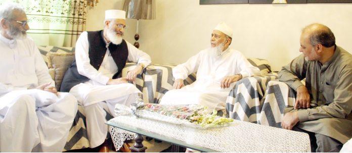 کراچی: امیر جماعت اسلامی پاکستان سینیٹر سراج الحق ، سابق امیر جماعت اسلامی پاکستان سید منور حسن کی رہائش گاہ پر ان سے ملاقات اور عیادت کررہے ہیں