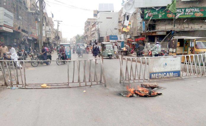 حیدرآباد: شاہی بازار کے علاقے میں بجلی بندش کیخلاف دکانداروں اور شہریوں نے ٹائر جلا کر سڑک بند کی ہوئی ہے