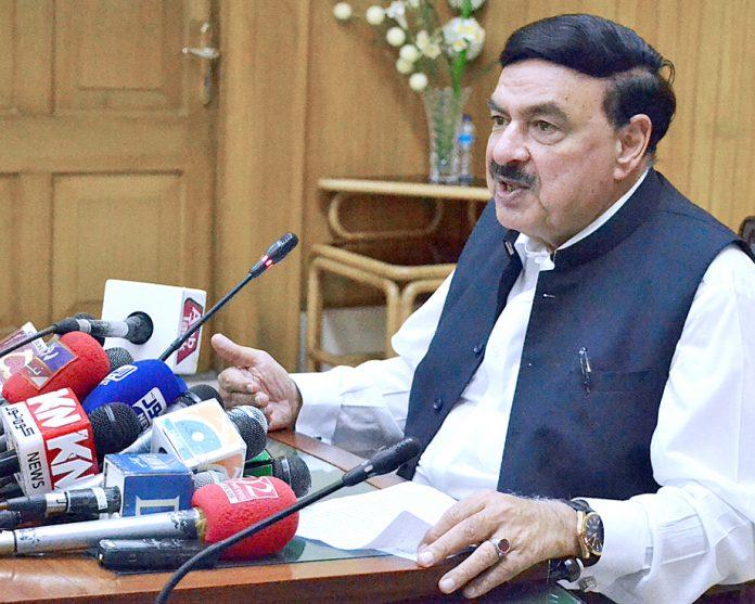 لاہور: وزیر ریلوے شیخ رشید احمد پریس کانفرنس کررہے ہیں