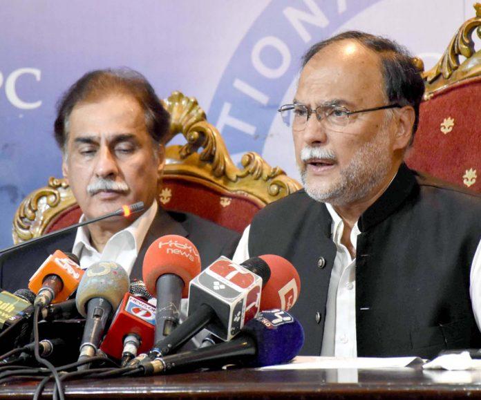 اسلام آباد: مسلم لیگ (ن) کے رہنما احسن اقبال اور ایاز صادق پریس کانفرنس کررہے ہیں