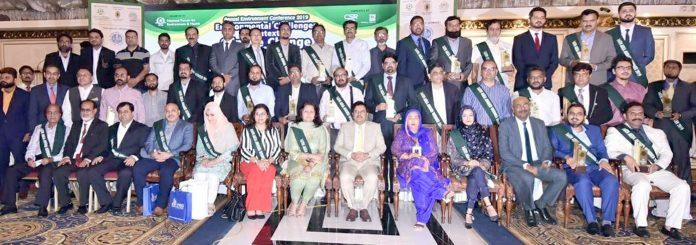 این ایف ای ایچ کے تحت سالانہ انوائرنمنٹ ایوارڈ 2019کی تقریب میںمہمان خصوصی ممتاز علی شاہ اور دیگر کا گروپ
