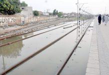 حیدرآباد: نکاسی آب کے ناقص نظام کے باعث سیوریج کا پانی ریلوے ٹریک پر جمع ہے