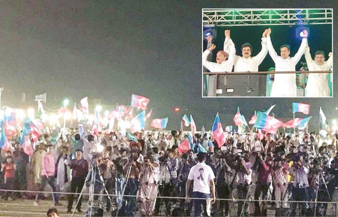 کراچی: پی ایس پی کے سربراہ مصطفی کمال اوردیگررہنما باغ جناح میں جلسے کے موقع پر اظہار یکجہتی کررہے ہیں