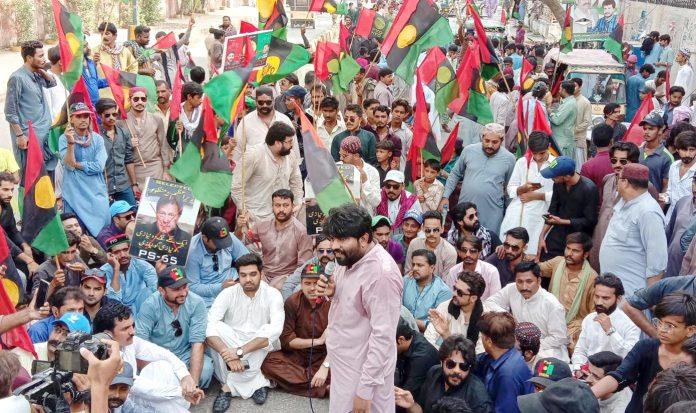 حیدرآباد: پیپلز یوتھ کے کارکنان آصف زرداری اور فریال تالپور کی گرفتاری کے خلاف دھرنا دیے بیٹھے ہیں