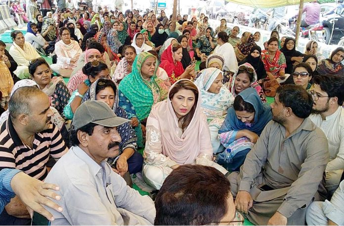 کراچی،فنکشنل لیگ کی رہنما نصرت سحر سندھ نرسز الائنز کے دھرنے میں بیٹھ کر شرکاء سے اظہار یکجہتی کررہی ہیں