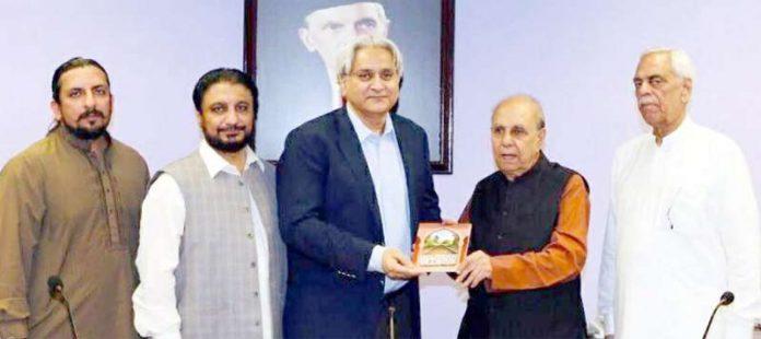 پاکستان پیٹرولیم اور سی این جی ڈیلرز ایسوسی ایشنز کے چیئرمین عبدالسمیع خان ایس ایس جی سی کے مینیجنگ ڈائریکٹر ایم وسیم کو اپنی بائیوگرافی کتاب پیش کررہے ہیں