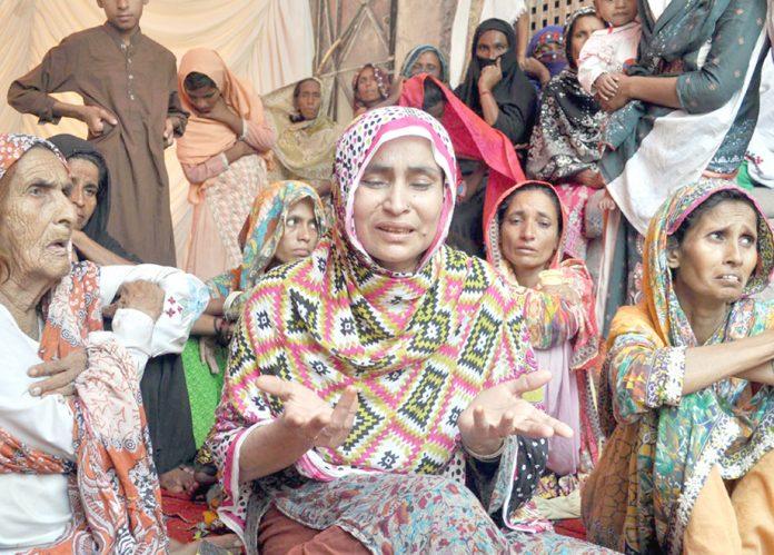 حیدرآباد: اغوا ، قتل و زیادتی کے شکار کمسن بہن بھائی کی غمزدہ ماں صحافیوں کو تفصیلات بتارہی ہے