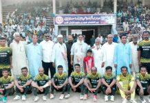 واجہ شہہ عبدالغنی بلوچ شہید فٹبال ٹورنامنٹ میں ہنٹر اسپورٹس کی ٹیم کا مہمان خصوصی حاجی عبدالمجید کے ساتھ گروپ فوٹو
