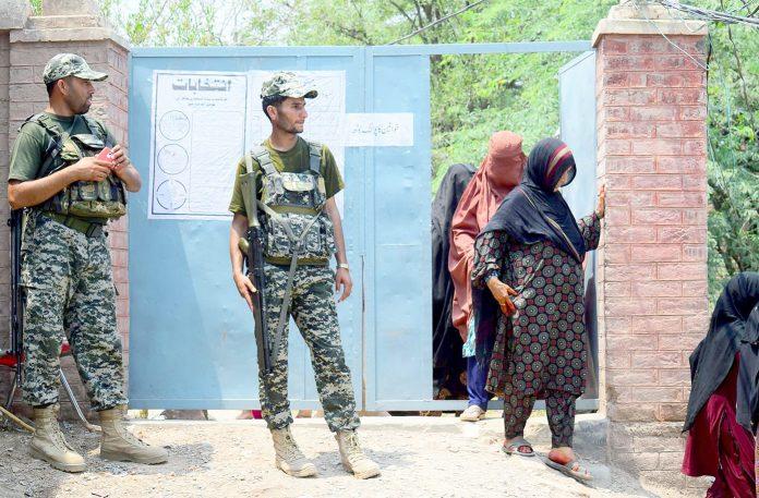 جمرود: خیبرپختونخوا میں ضم قبائلی اضلاع میں انتخابات کے دوران خواتین ووٹ ڈالنے کے لیے پولنگ اسٹیشن میں داخل ہورہی ہیں
