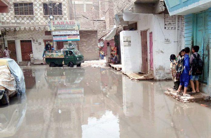 حیدرآباد کے رہائشی علاقے پھلیلی کینال میں سیورج کا پانی گلیوں میں آنے سے مکینوں کو شدید مشکلات کا سامنا ہے۔