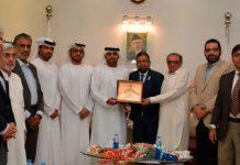 متحدہ عرب امارات کے سفیر حماد عبید الزابی کو سابق صدر کے سی سی آئی سراج قاسم تیلی اور صدر جنید ماکڈا شیلڈ پیش کر رہے ہیں