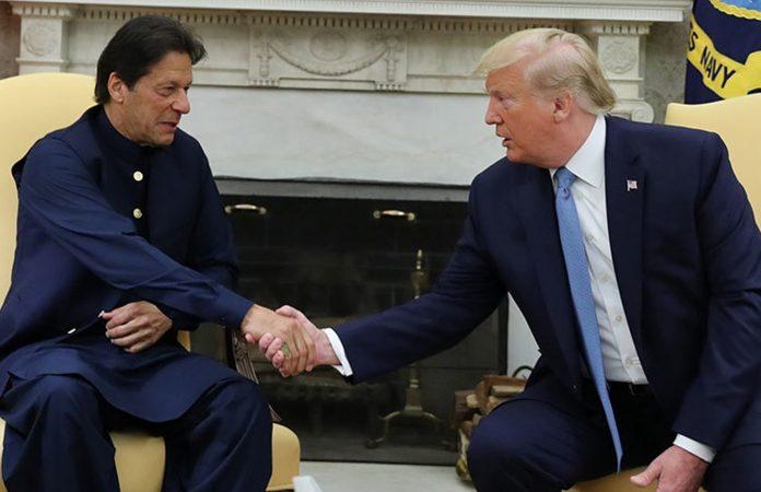 واشنگٹن :امریکی صدر ڈونلڈ ٹرمپ وزیراعظم ہائوس میں وزیراعظم پاکستان عمران خان سے مصافحہ کررہے ہیں
