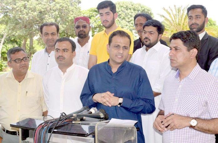 کراچی: مشیر اطلاعات بیرسٹر مرتضیٰ وہاب سندھ اسمبلی کے باہر پریس کانفرنس کررہے ہیں