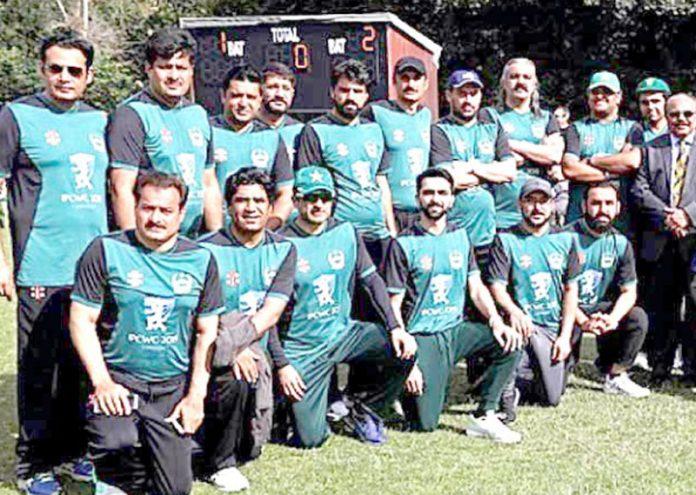 لندن: پاکستانی پارلیمانی کرکٹ ٹیم کا فائنل جیتنے کے بعد لیاگیا گروپ فوٹو
