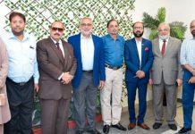 کراچی کنزیومررائٹس کے چیئرمین کا سی پی ایل سی کے سربراہ زبیر حبیب و دیگر کے ساتھ گروپ فوٹو
