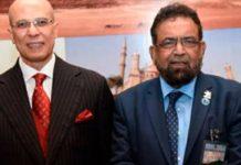 وفاقی وزیر برائے پرائیویٹائزیشن محمدمیاں سومرو،ٹریڈ ایمبیسڈر پاکستان خورشیدبرلاس، مصر کے پاکستان میں سفیراحمدیعقوب اور صدر کراچی چیمبر جنیدماکڈا مصر کے قومی دن پر منعقدہ تقریب میں کا گروپ فوٹو