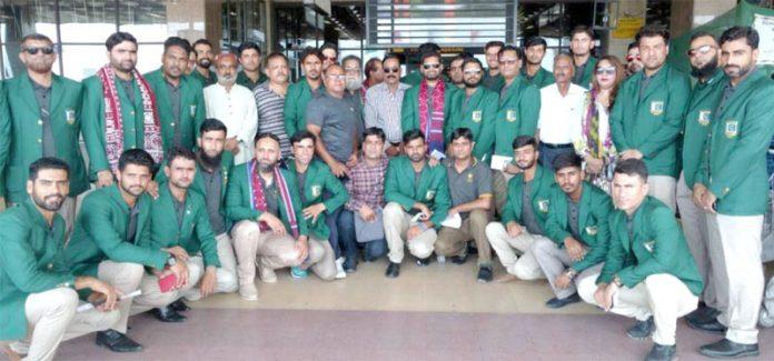 قومی بیس بال ٹیم کا کراچی ائر پورٹ پرکولمبو روانگی سے قبل آفیشلز کے ساتھ لیاگیاگروپ فوٹو