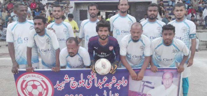 کراچی : واجہ شہہ عبدالغنی بلوچ شہید فٹبال ٹورنامنٹ میں شریک ٹیم کا میچ سے قبل لیاگیاگروپ فوٹو