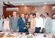 کاٹی کے صدر دانش خان چیف سیکریٹری سندھ سید ممتاز علی شاہ کو کاٹی کی شیلڈ پیش کر رہے ہیں