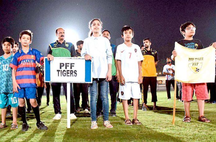 پشاور: پی ایف ایف ٹائیگر زفٹبال پلیئرز چیمپئن شپ کے آغاز کے موقع پر منعقدہ تقریب کے دوران سلامی کے چبوترے کے سامنے کھڑے ہیں