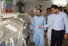 نوابشاہ ،ڈپٹی کمشنر چیئرمین ہیلتھ کمیٹی ابرار احمد جعفر کمیٹی اراکین کے ساتھ پی ایم سی اسپتال کا دورہ کررہے ہیں