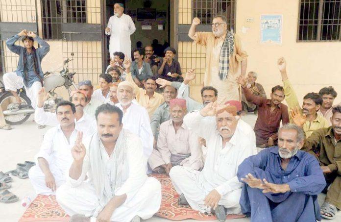 حیدر آباد : سیری کے رہائشی علاقے میں پانی کی قلت کیخلاف احتجاج کررہے ہیں