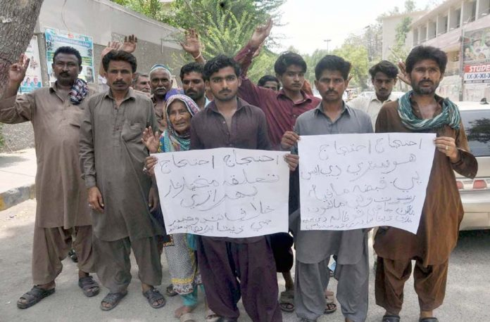 حیدرآباد،ٹنڈوحیدر کے رہائشی بااثر افراد کے ظلم کے خلاف پریس کلب کے سامنے احتجاج کررہے ہیں