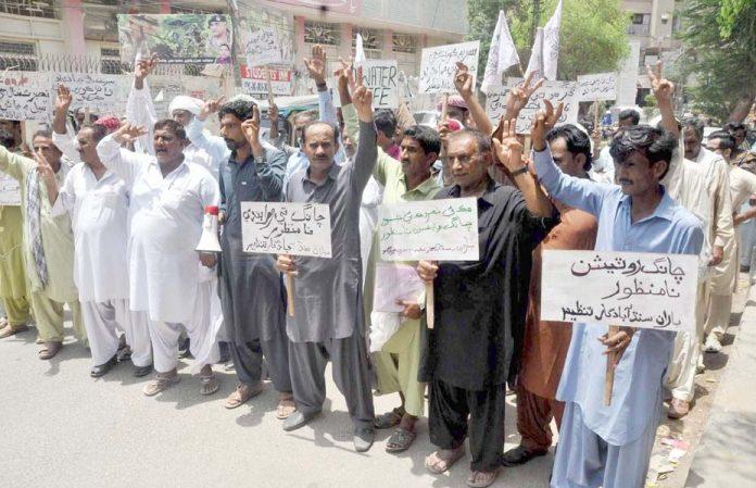 حیدرآباد ،سندھ آبادگار تنظیم کے تحت پانی کی عدم فراہمی کے خلاف پریس کلب کے سامنے احتجاج کیا جارہا ہے
