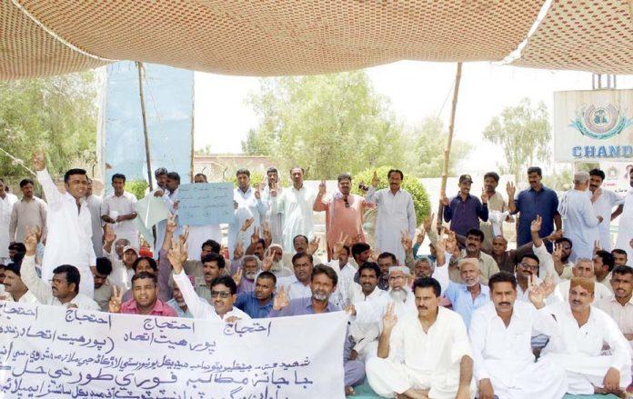 لاڑکانہ ،بینظیر بھٹو میڈیکل یونیورسٹی کے ملازمین مطالبات کی عدم منظوری پر احتجاج کررہے ہیں