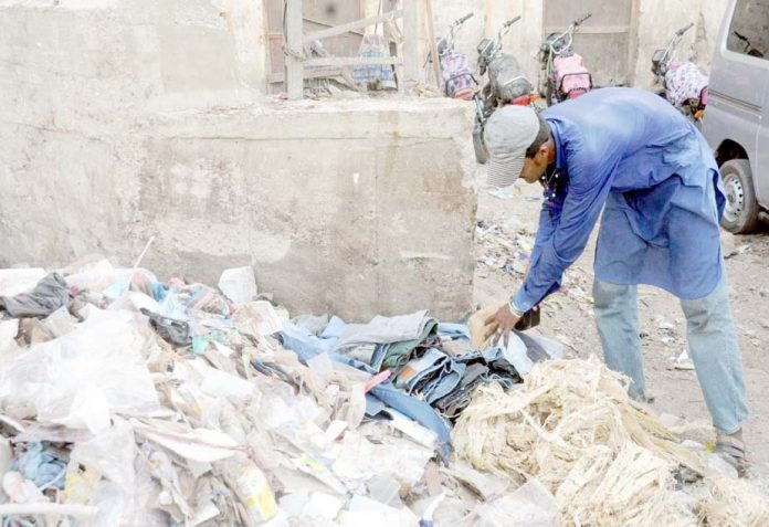 حیدرآباد ،میونسپل کمیٹی کی نااہلی کے باعث جمع کچرے کے ڈھیر سے ایک شخص اپنے کام کی اشیا تلاش کررہاہے