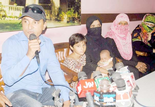 حیدرآباد ،لطیف آباد کا رہائشی خاندان پریس کانفرنس کررہا ہے