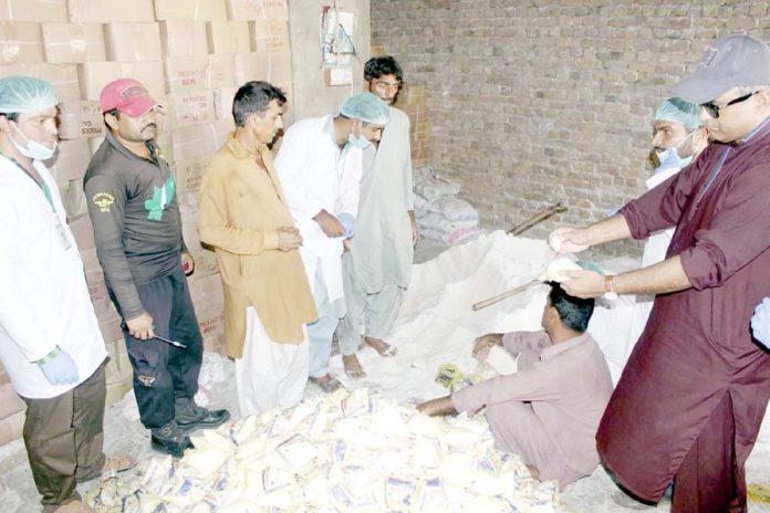 لاڑکانہ ،سندھ فوڈ اتھارٹی کا عملہ نمک کے کارخانے میں چھاپے کے دوران نمک کا معائنہ کررہا ہے