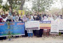 لاہور : پنجاب ووکیشنل ٹریننگ کونسل کے ڈیلی ویجز ملازمین مطالبات کی عدم منظوری کیخلاف سراپا احتجاج ہیں