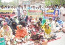 حیدر آباد : آئی بی اے ٹیسٹ پاس ہیڈ ماسٹر اور مسٹریس مطالبات کی عدم منظوری کیخلاف دھرنا دیے ہوئے ہیں