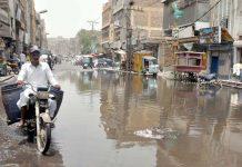 حیدر آباد : پاکستان چوک پر سڑک پر پانی جمع ہے جو آمدو رفت میں مشکلات کا باعث ہے