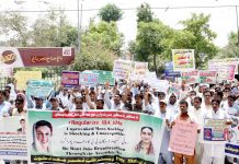 لاڑکانہ : آئی بی اے ٹیسٹ پاس امیدوار مطالبات کی عدم منظوری کیخلاف جناح باغ پر احتجاج کررہے ہیں
